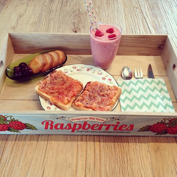 Oui Oui-desayuno con frambuesas-batido-tostadas