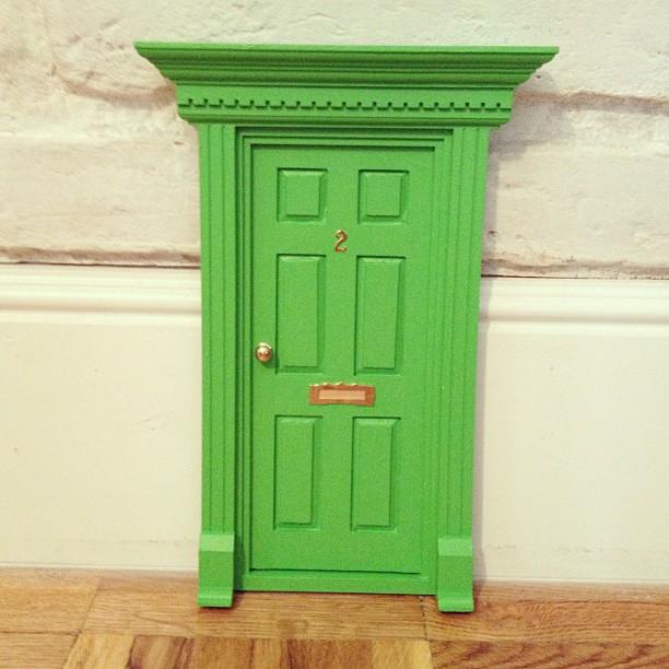 Oui Oui-puerta ratoncito pérez verde césped