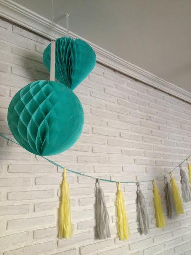 Oui Oui-babyshower mint and yellow-babyshower mint y amarillo-bolas nido abeja mint-guirnalda borlas flecos-tassel garlands