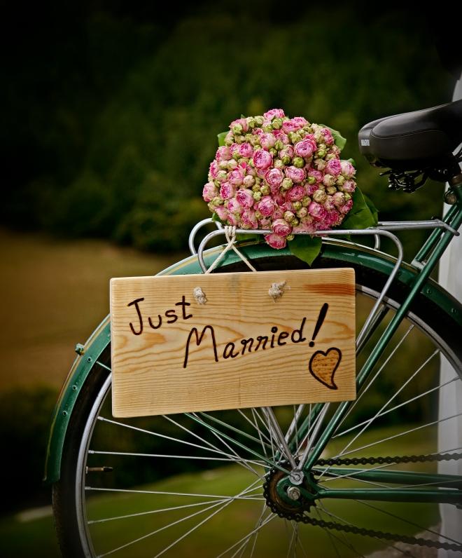 Cartel Just Married en bici-OUI OUI
