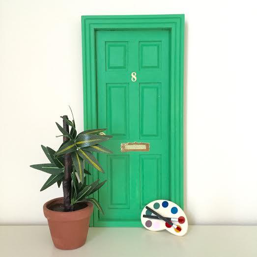 Oui Oui-puerta ratocnito Pérez-clásica-verde césped-con paleta de pintor
